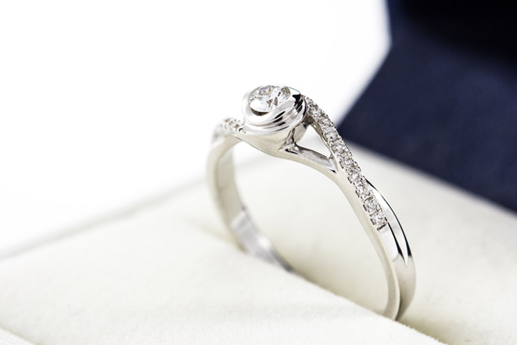 Diamond rings: do some research before buying expensive jewelry | Photo: Shutterstock