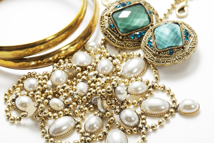 Gold jewelry: clean it with club soda and a couple of drops of detergent