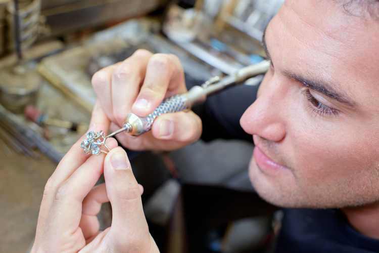Jewelry Schools: discover the tools and learn more about jewelry and gemstones