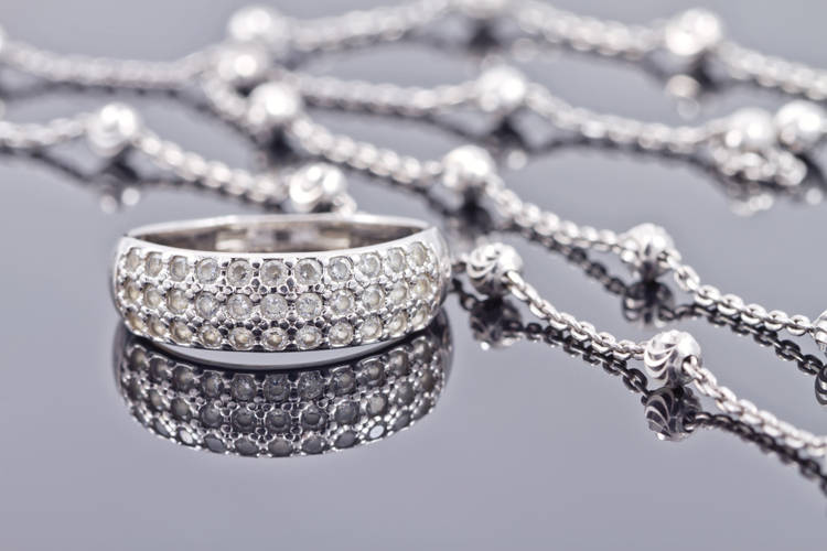 Silver jewelry: clean it with a salt and aluminum solution